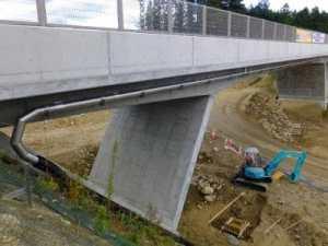 跨道橋へ橋梁用排水管を横引きで設置例