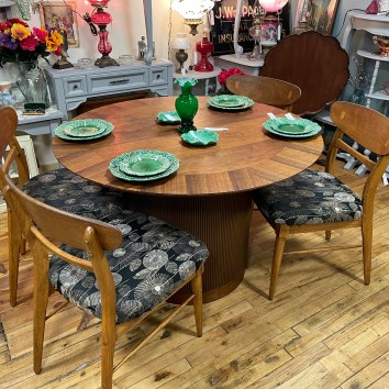 Beautiful MCM Lane Table/2 leaves/4 chairs