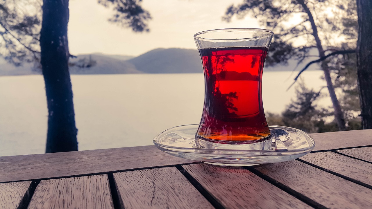 湖畔にある木のテーブルに置いてある紅茶
