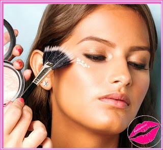 maquillaje con brocha de abanico