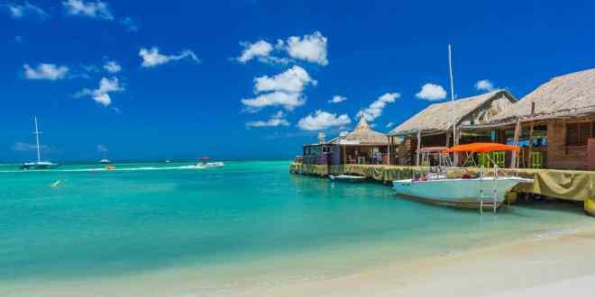 Palm beach at Aruba in the Caribbean Sea by Resort weeks