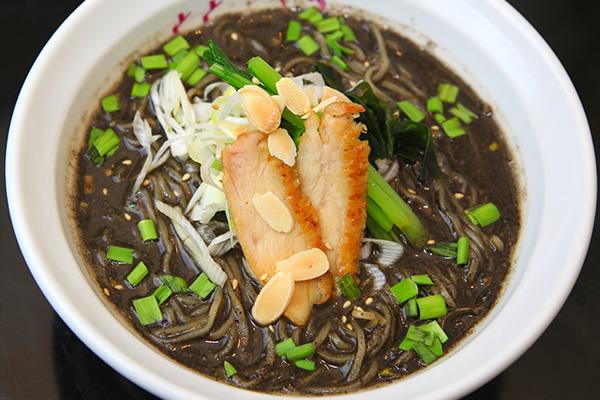 黒ごまいっぱーいの担々麺