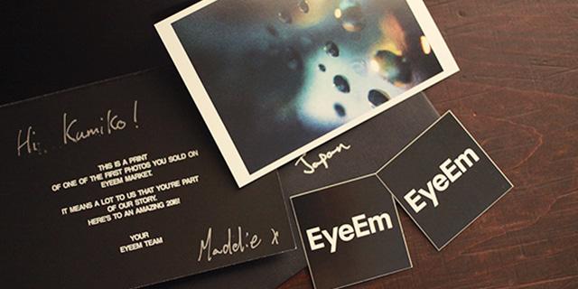 黒い封筒の中身。ステッカーとカードと自分の写真をプリントしてくれたもの。