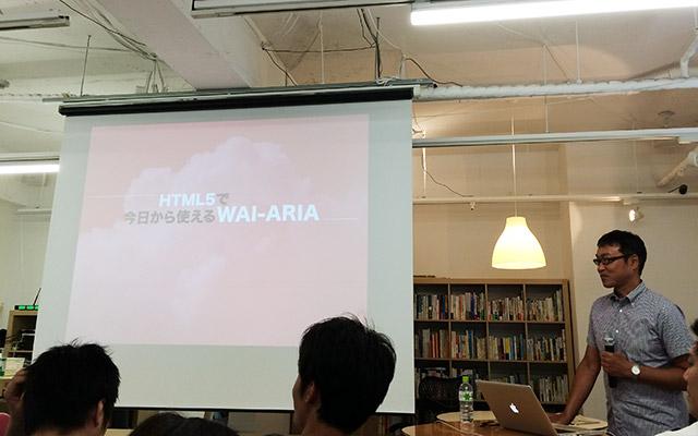 写真:セッション前の撮影タイムでスライドの映るスクリーンと大藤さん