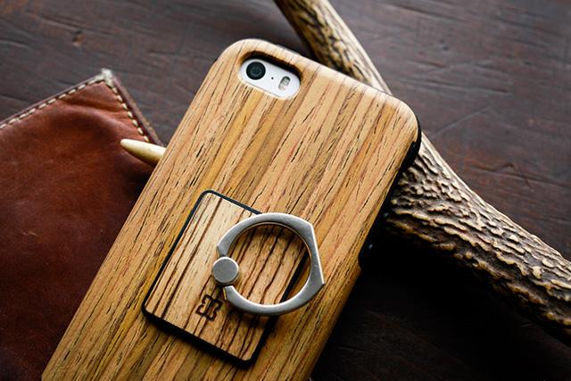 写真:iPhone SE に取り付けた天然木スマホケースとリング
