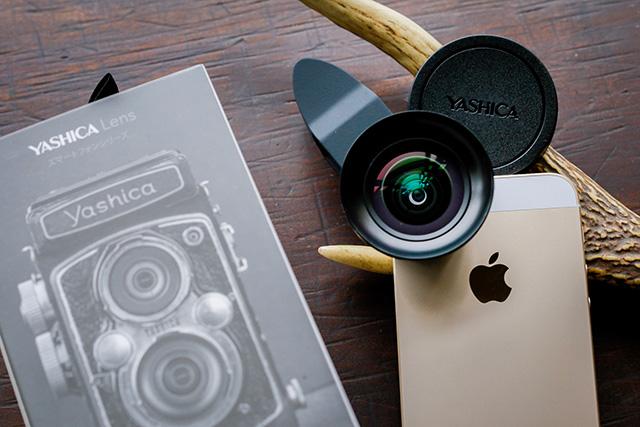 写真:iPhone SE に取り付けたYASHICA LENS と、Yashica Flexの写真をあしらった外箱