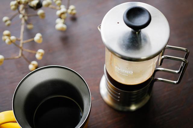 写真:ハリオのフレンチプレスでコーヒーを淹れ、保温マグでゆっくり楽しむ