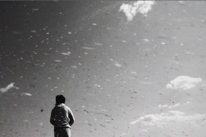 写真:砂つぶさえ映る強風の浜辺