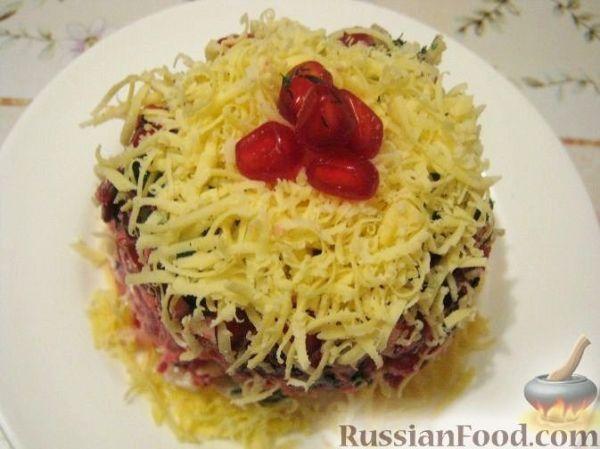 Слоеный салат с копченой курицей, черносливом и сыром ...