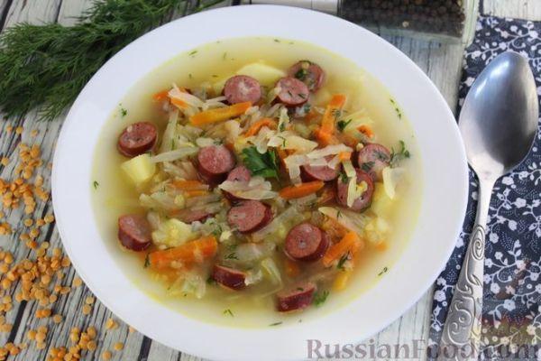 Суп с копчёными колбасками, чечевицей и капустой ...