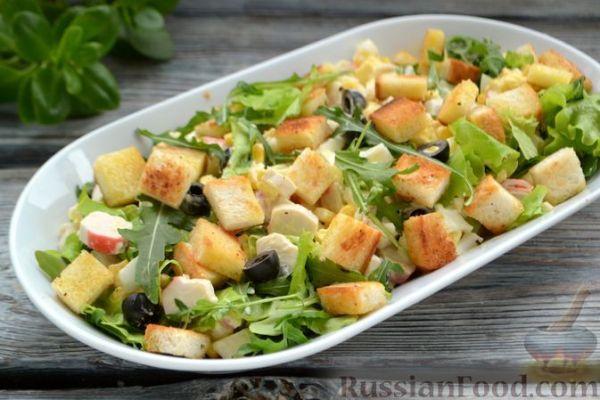 Салат с крабовыми палочками, кукурузой, маслинами и ...