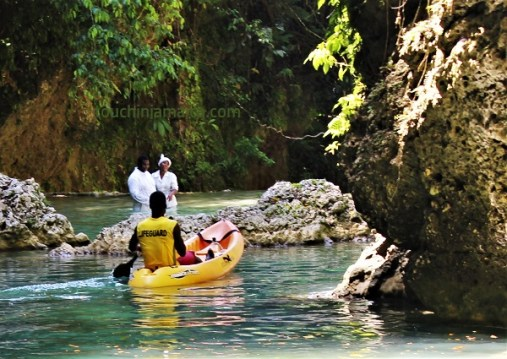 Taufe am Wasserfall