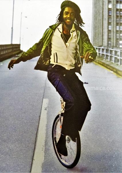 Peter Tosh mit seinem Einrad