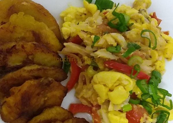 Wie auf Jamaika: Ackee and Saltfish serviert mit frittierten Kochbananen.