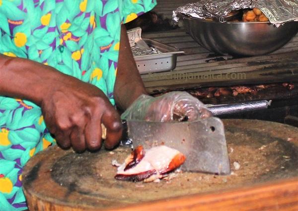 Jamaikanisches Jerk-CHicken bei Scotchies in Drax Hall .