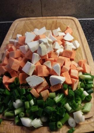 Süsskartoffeln, Yamswurzel und Lauchzwiebeln gehören kleingeschnitten in die jamaikanische Red-Pea-Soup