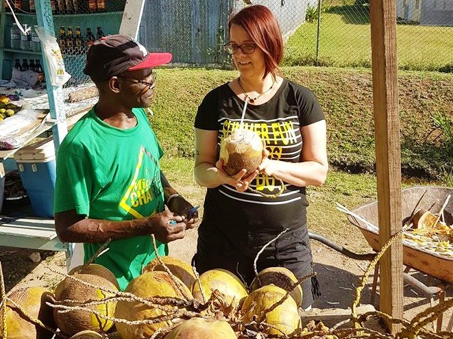 Ray verkauft Trink-Kokosnüsse an der A2 im Süden Jamaikas.