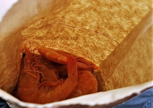 Pepper-Shrimps in Middle-Quarters sind ein beliebter To-Go Snack auf Jamaika.