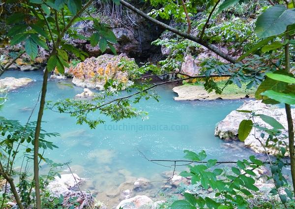 Das Bog Walk Gorge auf Jamaika ist eine enge Felsenschlucht, die der Rio Cobre durchfliesst.
