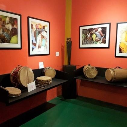 Schlaginstrumente gestern und heute im Jamaica Music Museum Kingston.