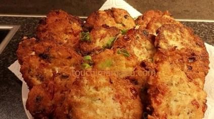 Die goldbraunen fertigen Saltfish Fritters auf Küchenkrepp abtropfen lassen.