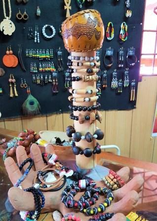 Cecile hat schöne Armbänder und mehr im Owanbe Market in Kingston anzubieten.