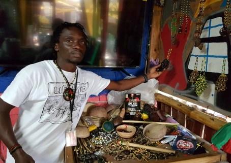 Calvin the Craftsman - präsentiert seinen Rastaschmuck im Life Yard in Kingston