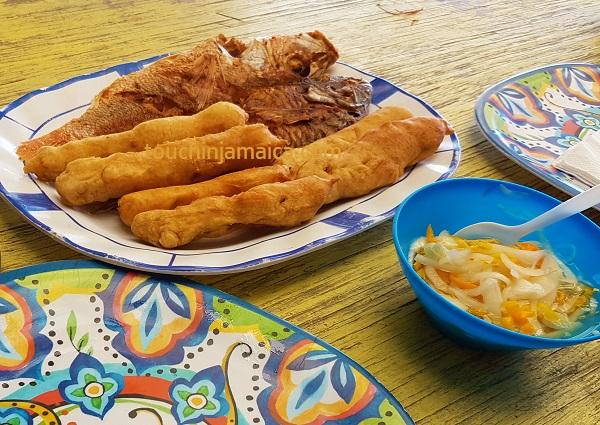 Escovitch Fish mit Festivals für 2 Personen kostete 3500 JMD.