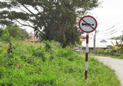 Verkehrsschilder und Hupzeichen auf Jamaika