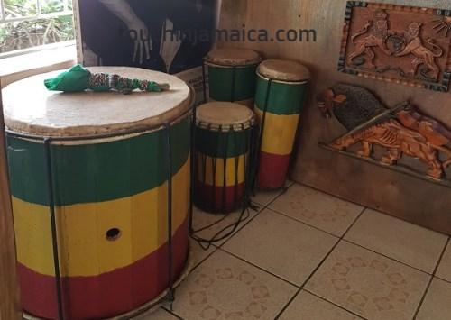 Rastafari Trommeln im Wailers Museum Kingston Jamaika