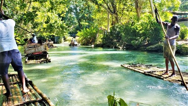 Fahrt mit einem Bambusfloss in Jamaika
