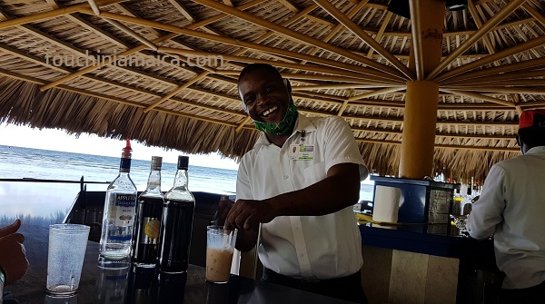 holiday_inn_jamaica_beach_bar