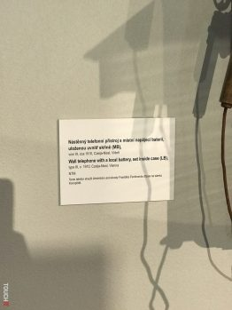 nástenný telefón s batériou