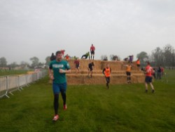Hindernislauf England, Rat Race Dirty Weekend 2016, Hindernis Strohballen