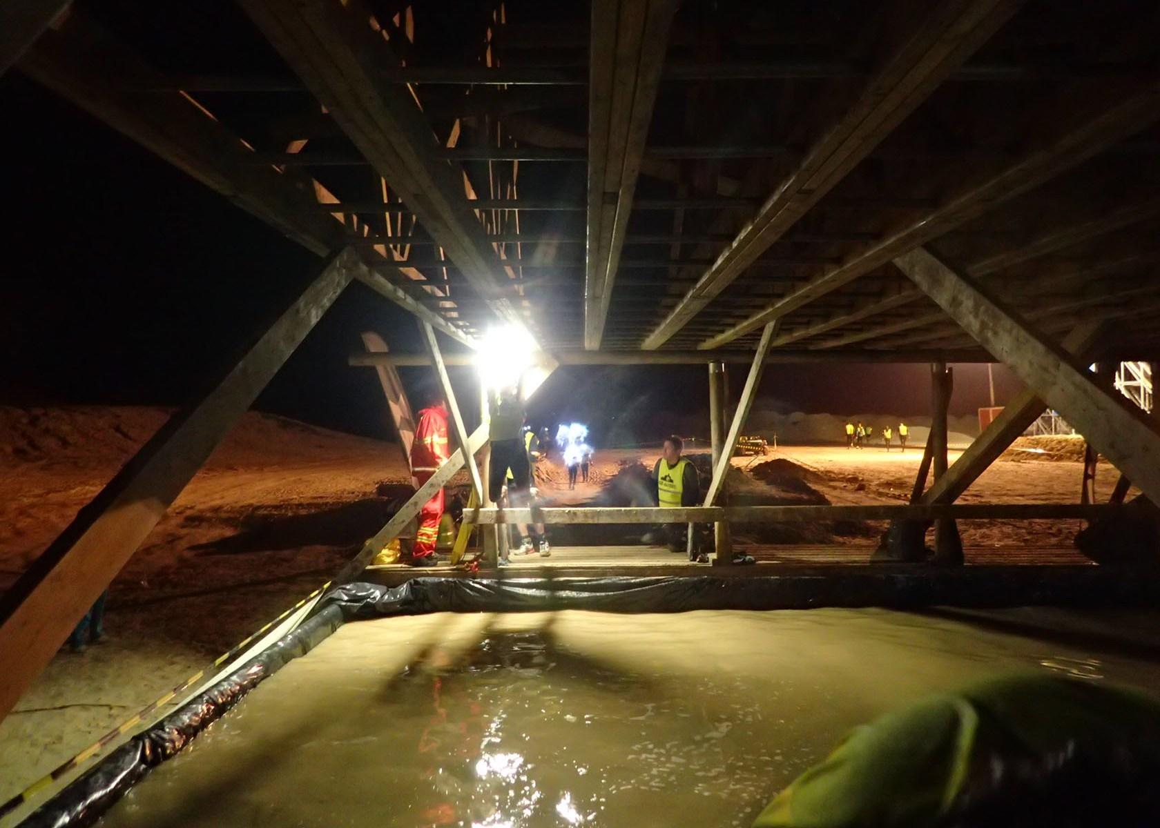 Mud Masters Obstacle Run Night Shift, Hindernislauf Deutschland, Hindernis Monkey Bars by night