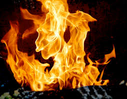 يشعّل النار و يقول الدخان منين