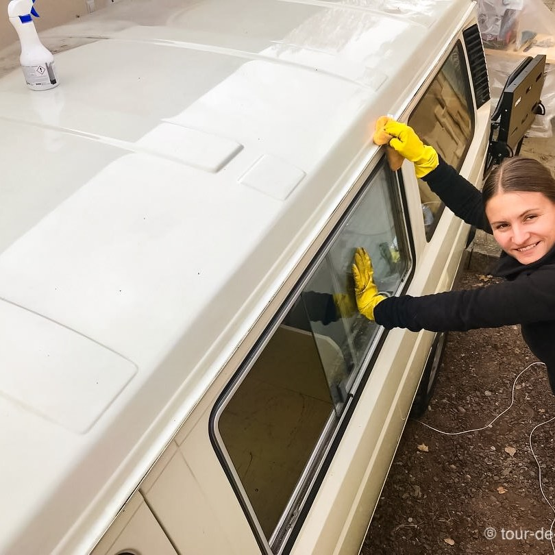Reinigung des VW T3 Daches für die Installation des Aufstelldaches.