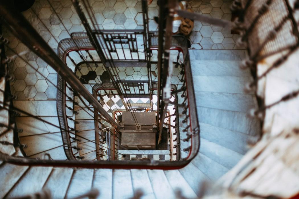 Ascenseur du bâtiment Haussmanien où se trouve la Baignoire © Mehdi Drissi