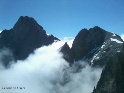Vue sur la suite quand les nuages se déchirent : le pic Turbat à droite, et l'Olan à gauche.