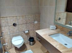 Aquamarine Hotel Chandigarh bathroom