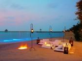 Beach dining (9999 x 7505)