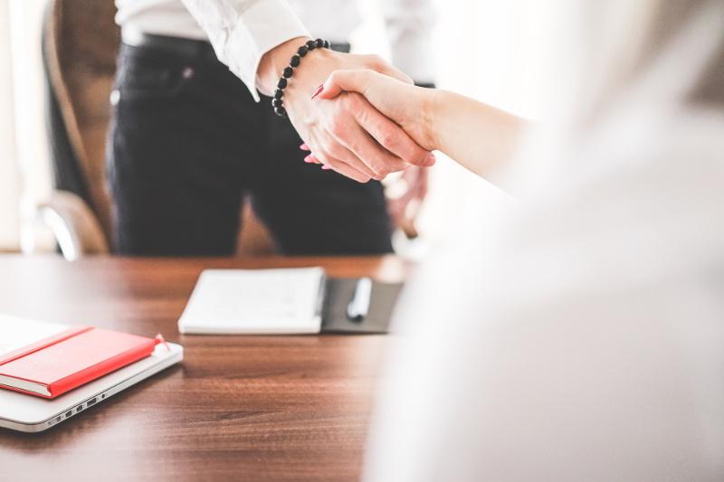 Χειραψία άντρα και γυναίκας σε γραφείο