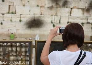 woman_tourist_taking_photos8