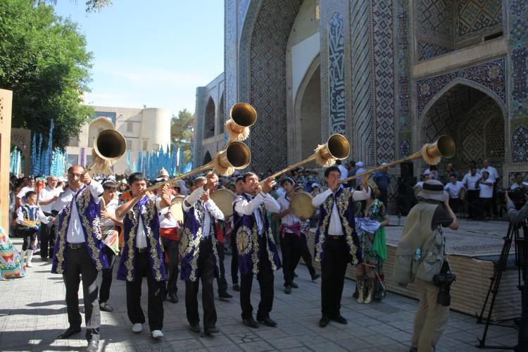 Les musiciens devant la madrassa NDB © Doca Tours