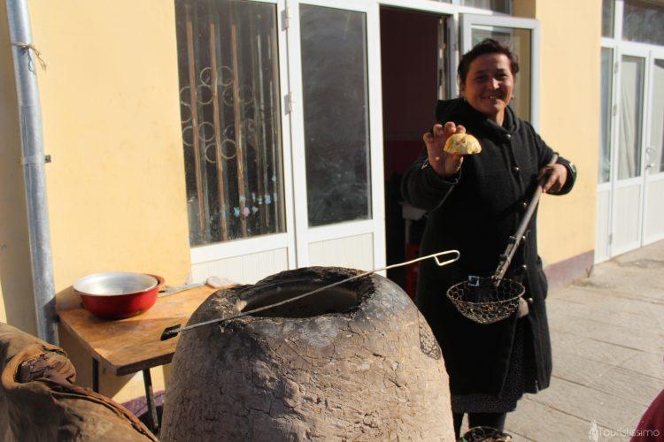 Vendeuse de samoussa dans les marchés en Ouzbékistan