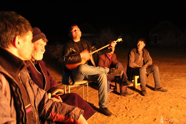Concert improvisé dans le désert de Kyzyl kum