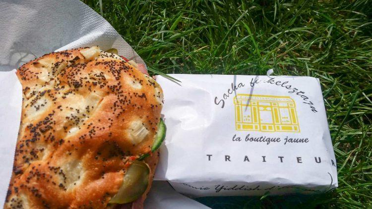 Sandwich-au-Pastrami-parfumé-aux-épices-de-la-boutique-jaune-au-Marais-à-Paris