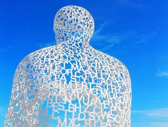 Une sculpture de Jaume Plensa Le Normade à voir à Antibes