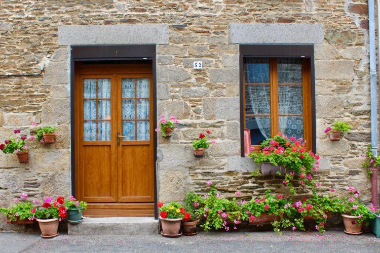 jolie maison Bretonne aux portes et fenêtres colorées.jpg