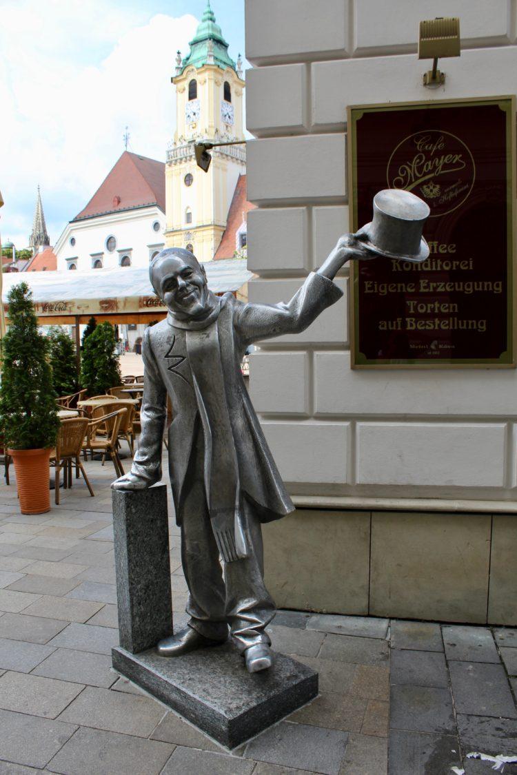 Statue d'un homme qui salue avec son chapeau à Bratislava